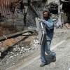 Un hombre camina con la funda de una guitarra por el casco antiguo de la ciudad de Homs, Siria. Foto: EFE / Archivo.