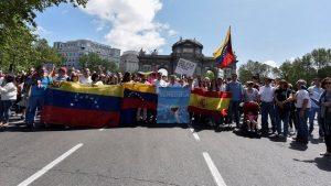 Vista de la cabecera de la manifestación convocada por la representación de la Mesa de la Unidad Venezolana en Madrid. EFE