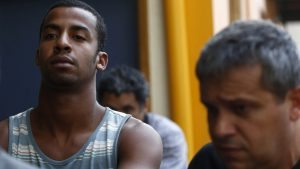 Un policía brasileño escolta a Raí de Souza (i) en Río de Janeiro (Brasil). EFE