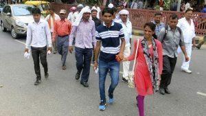 Peatones en el centro de la capital india optan por cruzar la carretera sorteando los coches en vez de utilizar los pasos subterráneos, en una imagen tomada el 24 de junio. EFE