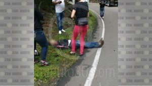 El hombre murió en la carretera.
