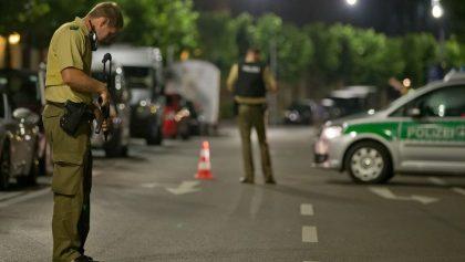 En la fotografía, un policía con una ametralladora vigila una zona afectada por una explosión. Un hombre murió y otros diez resultaron heridos en una explosión ocurrida en Ansbach, en el sur de Alemania. Según la policía, la explosión tuvo lugar frente a la entrada de un festival de música al aire libre y el fallecido podría ser el responsable de la detonación.EFE