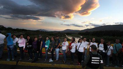 """Un grupo de personas hacen fila en el puente fronterizo """"Simón Bolívar"""" entre Colombia y Venezuela, en la ciudad de San Antonio del Táchira (Venezuela). Archivo/EFE"""