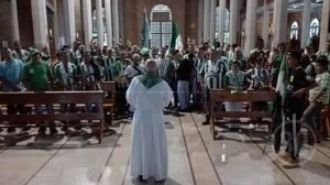 Hinchas del Atlético Nacional en una eucaristía celebrada en la parroquia Nuestra Señora de las Mercedes de Jericó.