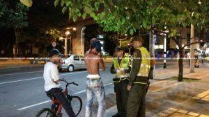 Cortesía ciudadana. Este individuo por poco y es linchado por un grupo de hinchas de Atlético Nacional después de, según testigos, intentar hurtar una bicicleta.