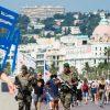 Soldados patrullan el paseo de los Ingleses cinco días después del atentado de Niza.EFE/Olivier Anrigo