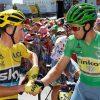 Peter Sagan (d) da la mano al líder del Tour, el británico Chris Froome antes del comienzo de una etapa. EFE.