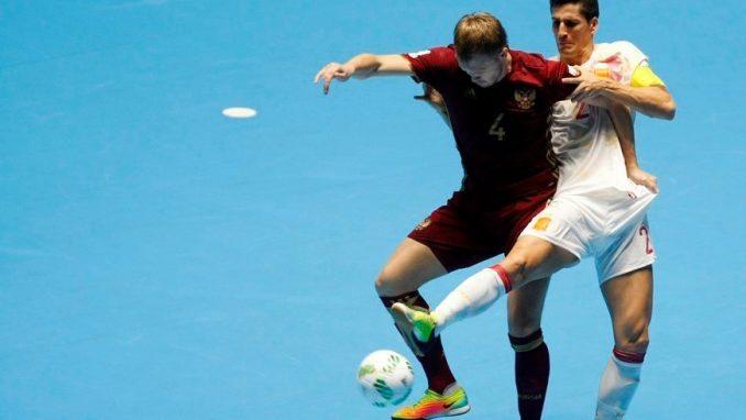 El español Ortiz (d) disputa el balón con el ruso Dmitry Lyskov (i), este 24 de septiembre de 2016, durante un partido entre España y Rusia por los cuartos de final de la copa mundial de fútbol sala Colombia 2016, en el Coliseo del Pueblo de Cali (Colombia). EFE