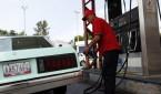 Un automóvil es recargado en una estación de servicio de gasolina. EFE/David Fernández