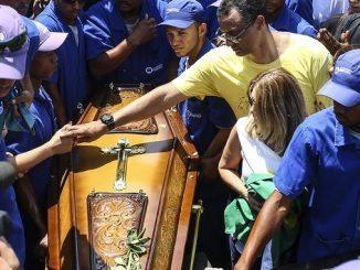 Alexandre Torres, hijo de Carlos Alberto Torres, asiste al funeral de su padre en un cementerio de la zona norte de Río de Janeiro (Brasil). EFE