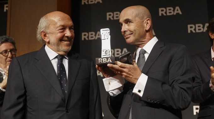 Don Winslow (d) recibe de manos del presidente de RBA, Ricardo Rodrigo (i), la IX edición del Premio Internacional RBA de Novela Negra por su obra la obra El cártel, en septiembre de 2015. EFEArchivo