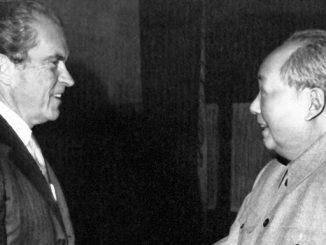 El presidente del Partido Comunista chino, Mao Tse Tung (d), estrecha la mano del presidente estadounidense, Richard Nixon (i), durante la visita de éste a China para celebrar una entrevista de carácter privado. EFEArchivo