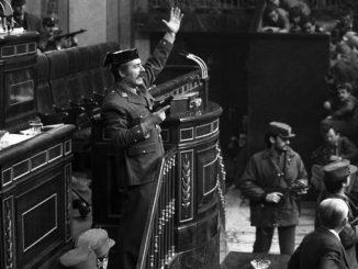 El teniente coronel Tejero irrumpe, pistola en mano, en el Congreso de los Diputados durante la segunda votación de investidura de Leopoldo Calvo Sotelo como presidente del Gobierno. Era el 23 de febrero de 1981. EFEArchiv