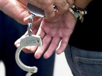 detenido, capturado, esposado
