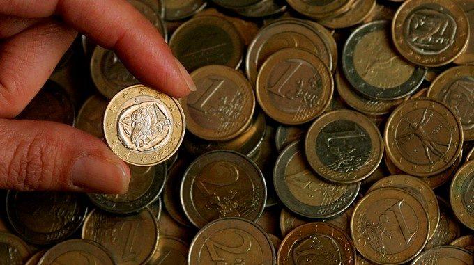 Una persona enseña una moneda de euro EFEArchivo