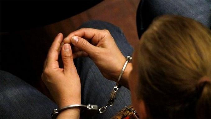 mujer capturada, detenida, esposada