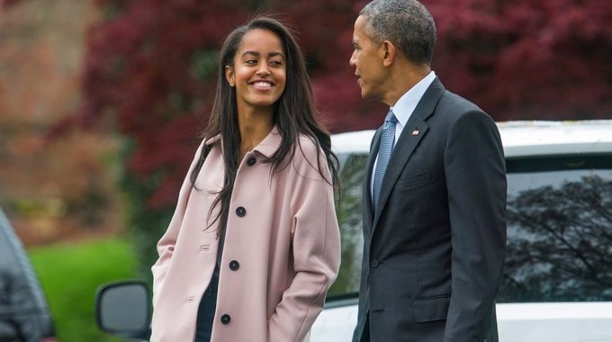 El EXpresidente estadounidense Barack Obama (d) junto con su hija Malia (i). EFEArchivo