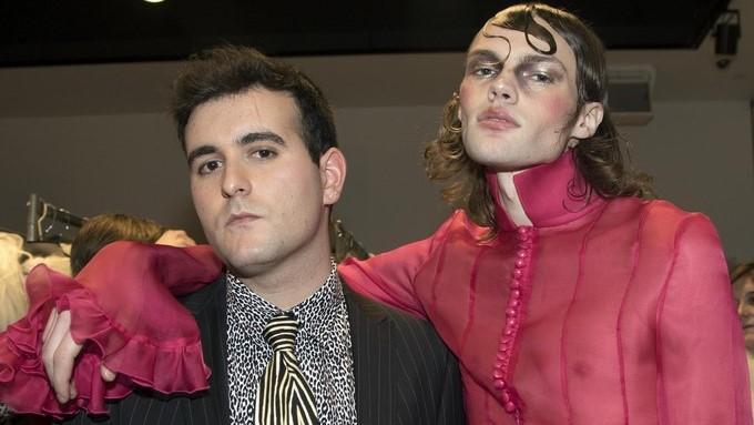 El diseñador español Alejandro Gomez Palomo (i), posa hoy jueves 2 de febrero de 2017, junto a uno de sus modelos después del desfile de su desenfadada e innovadora colección, en Nueva York. EFE