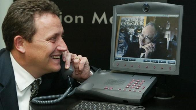 Gilbert Grosvenor, el tataranieto del inventor del teléfono Alexander Graham Bell, (d) habla por videoconferencia. EFEArchivo