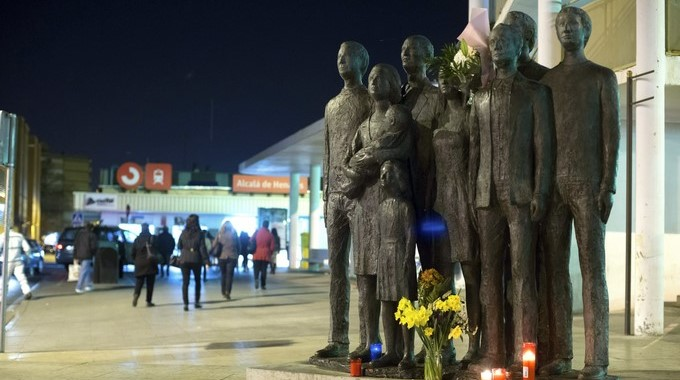 Vista de la escultura de homenaje a las víctimas de los atentados del 11m de Madrid, que preside la entrada de la estación de Cercanías de Alcalá de Henares (Madrid) de donde partió uno de los trenes que fue objetivo de los terroristas. EFE/Archivo