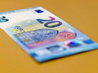 Vista de un billete de 20 euros en el Dutch Bank de Amsterdam, Holanda. EFE/Archivo