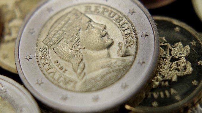 El euro baja a 10580 dólares a mediodía Imagen de monedas de euro EFEArchivo