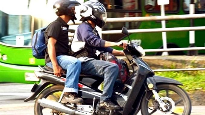la polica sorprendi a un adolescente conduciendo moto con una licencia falsa