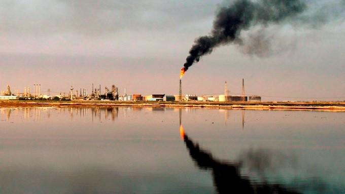 El crudo Brent baja hasta 56,16 dólares En la imagen, una refinería cerca de Umm Quasar en Basora, Irak. EFE/Archivo