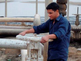 Un obrero trabaja en un oleoducto de una refinería del pueblo de Umm Quasar en Basora, Irak. EFE/Archivo