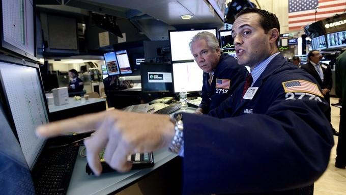 Corredores trabajan durante la sesión en la Bolsa de Nueva York. EFE/Archivo