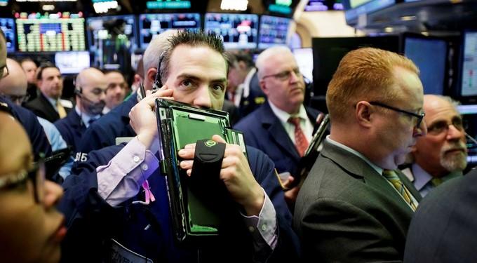 Corredores de bolsa se preparan para la oferta pública de venta de Snap, la empresa matriz de Snapchat, en la Bolsa de Nueva York, Estados Unidos, el 2 de marzo de 2017. EFE