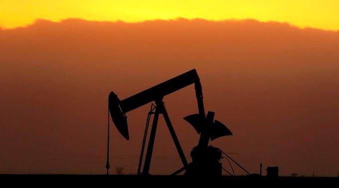 Un pozo de petróleo fotografiado a primera hora de la mañana. EFE/Larry W. Smith
