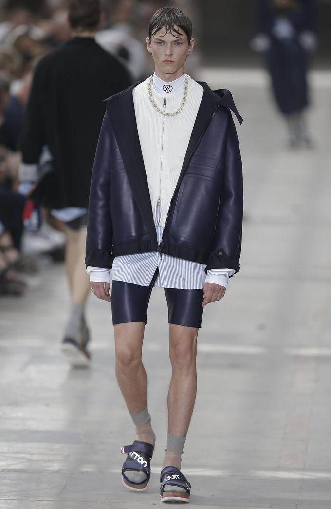 cb711b0c Un modelo desfila con una creación del diseñador Kim Jones para Luis  Vuitton para la colección