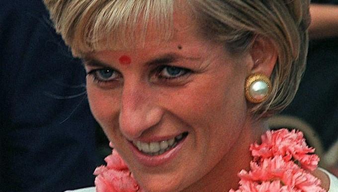 Fotografía de archivo, de fecha desconocida, que muestra a la princesa Diana que sonríe a su llegada al templo hindú Neasden en Londres (Reino Unido) en 1997. EFE/Archivo