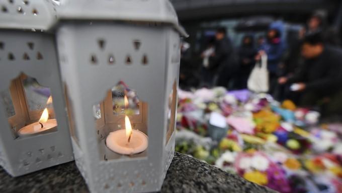 Flores y velas durante en una manifestación en solidaridad con las víctimas del atentado en el Puente de Londres. EFE/Archivo