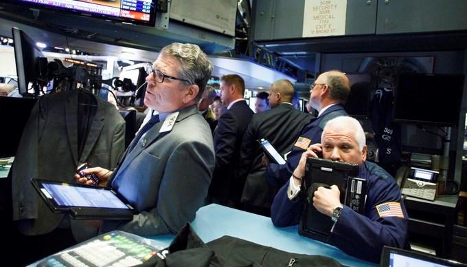 Corredores de bolsa trabajan en la bolsa de Wall Street en Nueva York