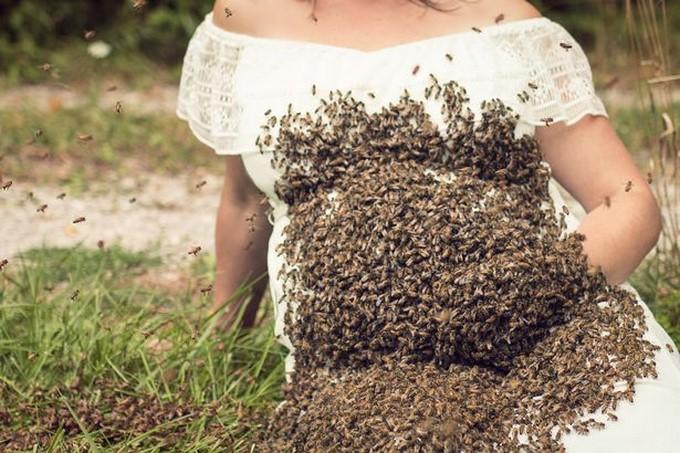 Resultado de imagen para Embarazada se tira fotos con miles de abejas sobre el vientre