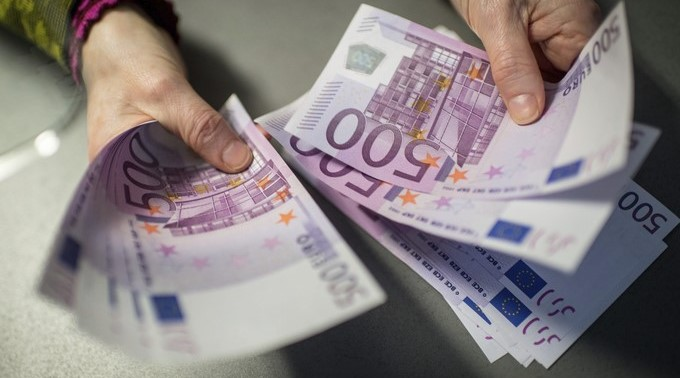 Un empleado de banca muestra 5.000 euros en billetes de 500 en Múnich (Alemania). EFE/Archivo