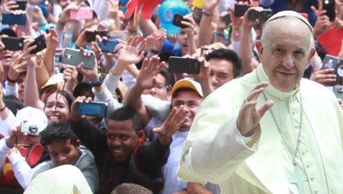El papa Francisco saludó a miles de jóvenes en la Plaza de Bolívar.