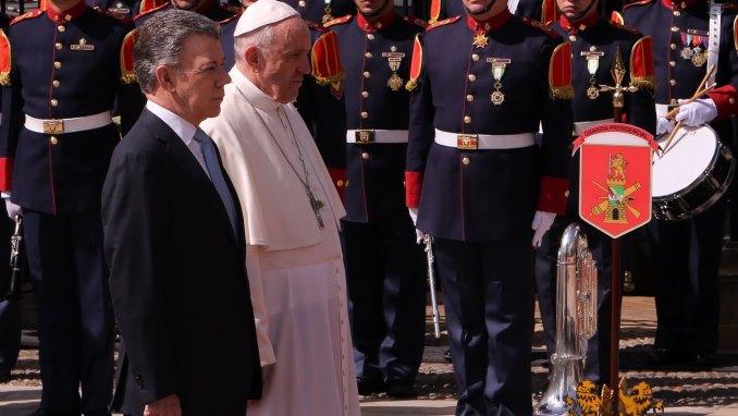 """El papa se inspira en García Márquez para hablar de """"la soledad"""" de Colombia"""