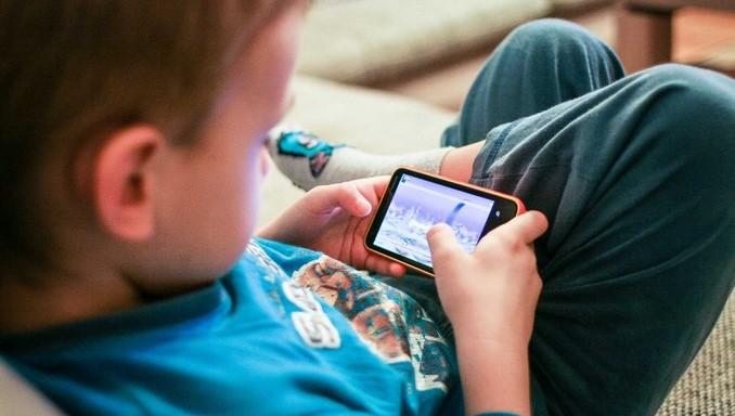 nino_adicto_pantallas_celular