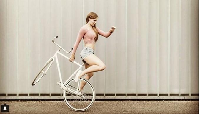 Viola Brand Embelesa Con Sus Acrobacias En La Bicicleta
