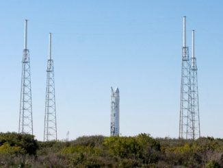Imagen de archivo del Falcon 9 (c), un cohete privado desarrollado por la empresa SpaceX con el apoyo de la NASA, fotografiado en su plataforma de lanzamiento en la estación de la fuerza aérea en Cabo Cañaveral (Florida, Estados Unidos). EFE/Archivo