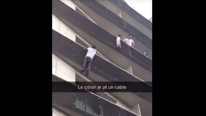 Video El Momento En Que Un Africano Escala Un Edificio Y Salva Un Niño En Francia Ahora Lo Llaman El Spiderman Sin Papeles Minuto30 Com