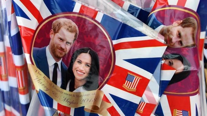 2ac55ca4dbe Bandera británicas con la imagen del príncipe Enrique y su prometida Meghan  Markle en Windsor (