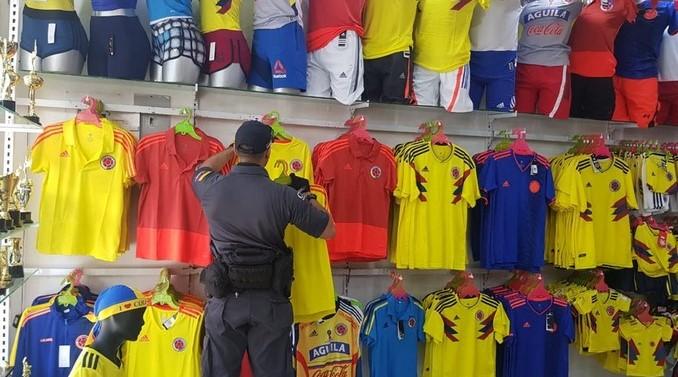 cd911b472a En Medellín funcionaba la principal fábrica de camisetas falsas  de la Selección Colombia  ec3a744f1f En Medellín estaba ... 072a6103d043a
