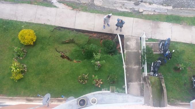 Preocupados habitantes de urbanización en Rionegro por hundimiento cerca a la edificación