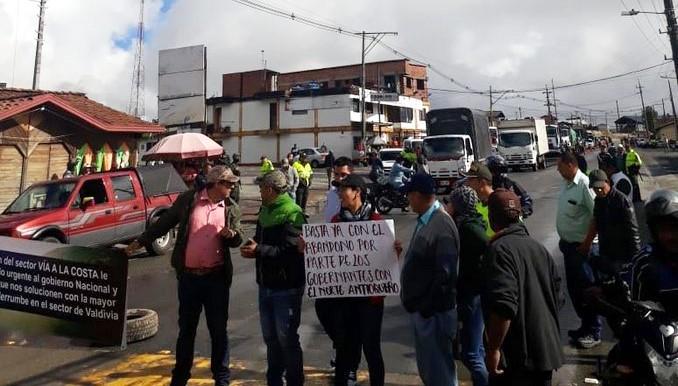 Protestas en Valdivia por demoras en la remoción de un derrumbe