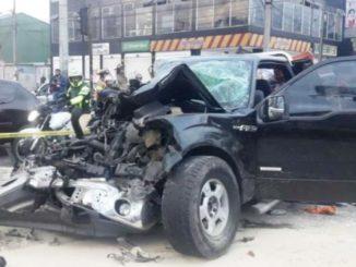 Una persona atrapada dejó un aparatoso accidente entre tractocamión y camioneta en Bogotá