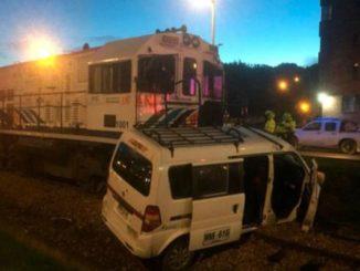 Aparatoso choque entre un tren de carga y una van en Bogotá dejó seis personas heridas
